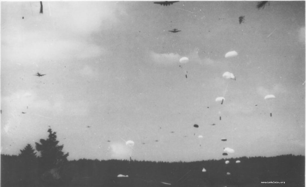 Parachutage des 36 forteresses volantes (photo Marc Guy juillet 1944)